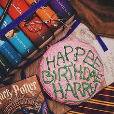 HARRY POTTER (@ha.potter1) • Instagram-Fotos und -Videos    Besuche die Muggelgasse auf Pinterest!  #geschenkidee #geschenk #gift #idea #harry #potter #harrypotter #muggelgasse Harry Potter Torte, Harry Potter Groups, Arizona Tea, Drinking Tea, Nerdy, Instagram, Emo, Gothic, Videos