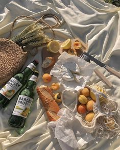 Sharing is caring 🍾🍑🥖who's planning on doing a picnic this weekend💁🏻♀️🙋🏻♀️ Summer Aesthetic, Aesthetic Food, Aesthetic Fashion, Comida Picnic, Picnic Date, Fall Picnic, Brunch, Italian Summer, Good Food