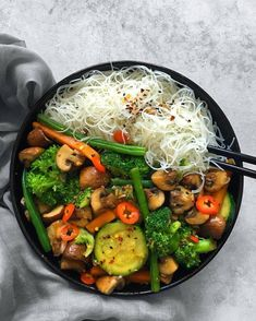 Teriyaki veggies and rice noodles - Buddha bowl rezepte Curry Recipes, Asian Recipes, Healthy Recipes, Cooking Recipes, Pasta Integral, Lentils And Quinoa, Salmon And Rice, Curry Dishes, Vegetable Stew
