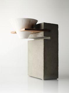 我們建立了一種滴漏式咖啡的簡單概念設計。在這個無限可能的領域中,我們實驗與創造最簡單化的實用功能。無必要性的設計對我們而言不僅是多餘的,也阻礙了概念的持續發展。回歸最基本的功能、最大簡化的造型,與環保,也已然成為我們的座右銘。#biduhaev #冰滴系統 #冰滴咖啡