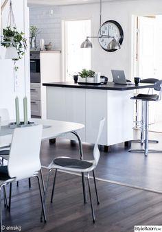 köksö,kök,köksbord,barstol,bord,stolar,taklampa,ampel,klocka