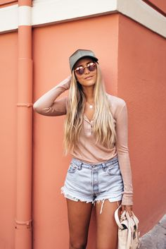 Asos cap (here!)/ RayBan glasses (here!)/ HM top/ Levis shorts (here!)…