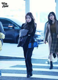 Irene-Redvelvet 181019 Incheon Airport to Singapore Seulgi, Korean Girl, Asian Girl, Rapper, Airport Style, Airport Fashion, Airport Outfits, Red Velvet Irene, Velvet Fashion