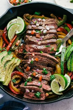 Juicy and delicious steak fajitas made in one skillet. Perfect for feeding your family. Begin by seasoning the steak with garlic salt and pepper. Heat a heavy skillet with olive oil over medium high heat, place the seasoned steak into the s Chicken Fajita Rezept, Beef Fajita Recipe, Fajita Marinade, Best Steak Fajitas, Beef Fajitas, Skillet Fajitas, Fajita Seasoning Mix, Homemade Fajita Seasoning, Gastronomia