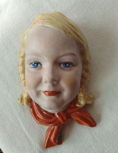 KERAMOS, seltene Wandmaske blondes deutsches Mädchen mit Zöpfen und blitzblauen Augen ca. 22,5 cm hoch und 14 cm breit gemarkt mit KWK Keramos, made in Germany, Modellnummer 1696 , Papieraufkleber am Halstuch