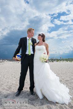 En tur på standen på bryllupsdagen #Bryllupsfotograf #Intofoto #Bryllupsfoto #Bryllupsfotografering #Hillerød #Nordsjælland