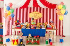 Para o aniversário de um menino, a Caraminholando (www.caraminholando.com.br) criou um toldo para o painel atrás da mesa do bolo e usou elementos confeccionados com feltro para representar cada personagem de um circo tradicional