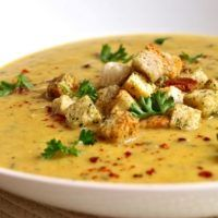 Czech Recipes, Ethnic Recipes, Cheeseburger Chowder, Thai Red Curry, A Table, Zucchini, Food And Drink, Veggies, Meat