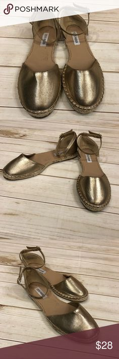 Steve Madden 8.5 gold metallic ankle strap flats ✨ SO TRENDY!! Steve Madden size 8.5! Gold metallic! Goes with everything!! In good condition!! Steve Madden Shoes
