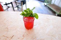 THE FRENCH 7+7: Ein Sport Bar Klassiker:      Zutaten:       3cl Gin      - 2cl frischer Zitronensaft      - 2cl Grenadinesirup      - 2 Minzzweige      Prosecco zum Auffüllen    - Deko:       1 Minzzweig        - Zubereitung: Alle Zutaten (ausser dem Prosecco) im Shaker zusammen mit einigen Eiswürfeln kurz und kräftig shaken und durch das Barsieb in einen gekühltes, mit Eis gefülltes Glas abseihen. Mit Prosecco auffüllen und einem Minzzweig garnieren.    By Sheila Lopardo