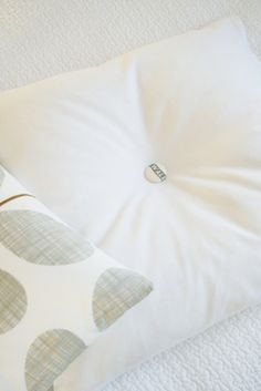 Exchangeable Button Pillow How-To. Cute idea!