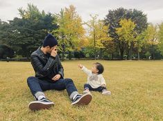 Ulzzang Kids, Ulzzang Couple, Baby Girl And Dad, Little Girl Fashion, Family Goals, Baby Pictures, Cute Couples, Little Girls, Dads