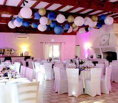 esprit.decor 🌠 Une pluie de lampions c'est tellement joli ! Ça pétille, ça virevolte, ça se dandine 🌠 Et c'est dispo chez @souslelampion  #mariage #CédricArnaud #bleu #or #blanc #réception #salle #livredor #déco #décorationmariage #wedding #gold #goldwedding #weddingdecor #weddingdesign #décoratrice #événementiel #eventdecor #eventdesign #espritdécor