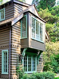 Exterior Paint Colors - You want a fresh new look for exterior of your home? Get inspired for your next exterior painting project with our color gallery. All About Best Home Exterior Paint Color Ideas Log Homes Exterior, Design Exterior, House Paint Exterior, Exterior Colors, Exterior Trim, Brown House, Cabins And Cottages, Log Cabins, Mountain Cabins