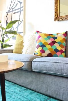 DIY Felt Scalloped Pillow is so easy and brings so much color into a room! This…