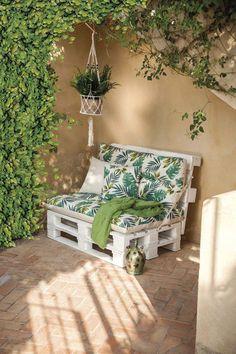 Decora tu vuelta al trabajo Balcony decor, Apartment porch, Outdoor wood furniture, Outdoor furnitur Pallet Garden Furniture, Pallet Patio Furniture, Balcony Furniture, Furniture Ideas, Furniture Makeover, Furniture Layout, Modern Furniture, Palette Furniture, Pallet Daybed