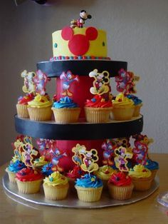 Awesome Mickey Mouse Cake & Cupcakes! Website also has other Mickey Cake designs.;D Link to Website: http://jareceqyk.wordpress.com/category/uncategorized/
