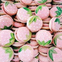 strawberry macarons by #LiviaSweets