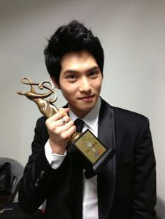 """Jong Hyun wins award at Seoul Music Awards --- On January 31, Lee tweeted a picture with the comment, """"Hello, I'm guitarist Jong Hyun. I was awarded at the Seoul Music Awards. Boice gave me this award, right?"""""""