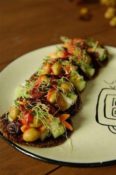 Los tacos de chamoy rellenos con vegetales y cacahuates son una botana picosita, perfecta para cualquier reunión. Es una tortilla elaborada con tamarindo y chamoy, rellena de vegetales y unos ricos cacahuates. ¡Deliciosos!
