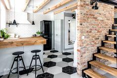 Geometryczna podłoga i drewno w aranżacji kuchni