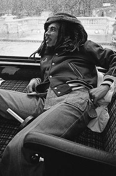 Bob Marley dans son car de tournée à paris en 1977