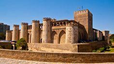 El castillo Palacio de la Aljafería, en Zaragoza, data del siglo XI. Está en muy buen estado y se puede visitar. Una verdadera maravilla.