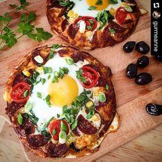 En güzel mutfak paylaşımları için kanalımıza abone olunuz. http://www.kadinika.com #Repost @gurmeanne with @repostapp. Ellerinize sağlık  Günaydın. İki krebiniz var ve yetmez diyorsanız onu güzel bir kahvaltılık pizzaya çevirin hem gözünüz hem karnınız doysun. Kahvaltı tabağı pizza Dilediğiniz kadar krebi yağlı kağıt serili fırın tepsisine dizin. Üzerine dilediğiniz bir pizza sosunu sürün rende kaşarı serpin kenarlarını sucuk dilimleri ortasına bir tutam çiğ ıspanak koyun. Biraz zeytin…