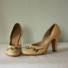summer 1940s linen heels // The Crafted Garden by AnatomyVintage Love these vintage pumps! Women's vintage footwear