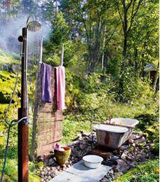 Kylpy taivasalla | Meidän Mökki. Outdoor shower.