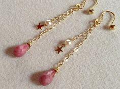 天然石ロードナイトを使った雫のイヤリングです(・ω・)ノロードナイトの落ち着いたピンク色に小さな星を合わせて、明るい印象に仕上がりました(*^^*...|ハンドメイド、手作り、手仕事品の通販・販売・購入ならCreema。