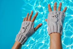 Padrão simples e gratuito de luvas com pequenas corujas. Mario Crochet, Knit Crochet, Laine Drops, Poster Design, Practical Gifts, Funny Mugs, Unusual Gifts, Fingerless Gloves, Arm Warmers