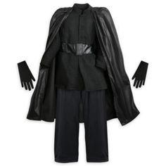 Este disfraz inspirado en Star Wars: Los últimos Jedi transforma a tu pequeño en el villano Kylo Ren para que gobierne la galaxia. Incluye capa oscura, túnica con ribetes, pantalón, guantes.