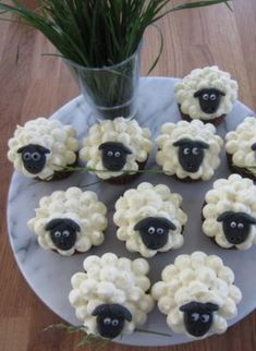 Sheepcakes - chocolate muffins with white frosting. Und Gras im Mund;) – Foo… Sheepcakes – chocolate muffins with white frosting. And grass in the mouth;] – Food & Drink – the - Best Christmas Recipes, Holiday Recipes, Food Crafts, Diy Food, Food Ideas, Food Food, Cute Food, Yummy Food, Comida Diy