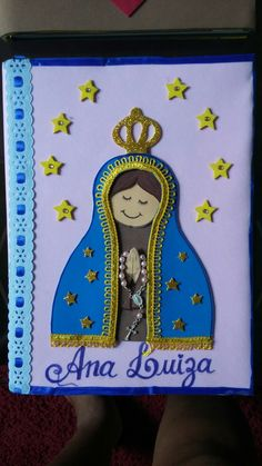 Caderno em eva Blessed Virgin Mary, Corpus Christi, Crafts For Kids, Alice, Santa, Dolls, Education, Marque Page, Felt House