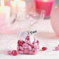 Außergewöhnliche Tischkarten und Gastgeschenk in einem: personalisierte M&M's in Hochzeitsfarben