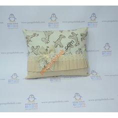 Zürafa Takı Yastığı ile misafirleriniz hediyelerini, çok sevimli bir takı yastığına takabilirler. Pengu Bebek