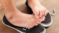 Top 15 Home Remedies to Eliminate Foot odor. Here we have listed some home remedies to eliminate food odor which keeps your feet odorless and fresh. Foot Remedies, Natural Remedies, Cough Remedies, Deodorant, Athletes Foot Cure, Foot Odor, Walking, Hygiene, Feet Care