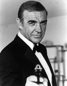 Шон  Коннери   -   главный  Джеймс  Бонд. Снимался  в  роли  Джеймса  Бонда   с  начала  60-х  до  1971.  Из   простоватого  парня  из  бедной  семьи   сумел  превратиться  в   английского   джентльмена,  супершпиона.