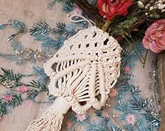 Macrame bouquet piece easily ties around the back side of the bouquet. Bohemian Accessories, Decorative Accessories, Bohemian Bride, Bohemian Style, Bohemian Wedding Decorations, Bouquet Wrap, Wedding Table Settings, Wraps, Bridesmaid