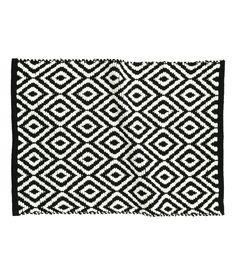 Svart/Mönstrad. En rektangulär badrumsmatta i bomullskvalitet med jacquardvävt mönster.
