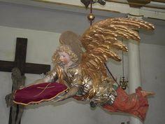 Anioł chrzcielny – ufundowany przez Georga Dietricha von der Groeben wykonany w 1701 roku przez Izaaka Riga i pozłotnika Johana Bocka.  www.it.mragowo.pl