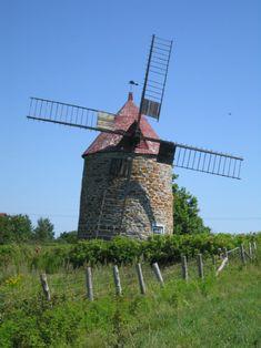 Le moulin à vent de L'Isle-aux-Coudres est un moulin à farine construit en 1836. Après 1976, il est vendu au gouvernement du Québec. Ouvert au public depuis 1982, il constitue en 2005, avec le moulin à eau aussi classé, l'Économusée de la farine. Il est situé dans la municipalité de L'Isle-aux-Coudres. Photo : Dominique Malack 2007 © Ministère de la Culture et des Communications