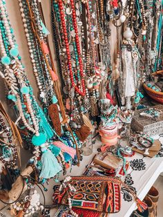 Bohemian style jewelry collection vintage Source by catchingfireagain style jewelry Hippie Style, Boho Hippie, Bohemian Style Clothing, Boho Girl, Boho Gypsy, Gypsy Style, Modern Hippie, Retro Clothing, Hippie Bracelets