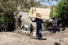 Un hombre carga sus pertenencias huyendo de la violencia en Las Torres. Foto…