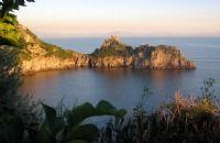 Conca dei Marini Ferieboliger, ferielejligheder & hoteller i Campania - ItalienConca dei Marini er en hyggelig lille landsby som ligger knap 3 km fra Amalfi by. Conca dei Marini spreder sig fra havet op i højderne og er et meget smukt stykke af Amalfikysten. Stranden er en blanding af sand, klipper og småsten, men havet er meget indbydende, og stranden er sjældent overfyldt.