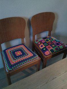 Oma's stoeltjes met een nieuw gehaakt dekje