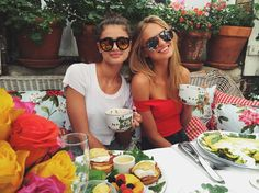 Romee Strijd and Taylor Hill in sunglasses #sunglasses #shades #fashion #streetstyle #bloggers #models #topmodels #gafas #gafasdesol #lunettesdesoleil #occhialidasole