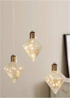 Der trendige LED-Hänger sorgt mit seiner eleganten Diamantenform für ein herrliches Ambiente. Ideal, um schöne Akzente im Raum zu setzen. Led, Little Things, Elegant, Interior Inspiration, Modern, Hanger, Ceiling Lights, Lighting, Pendant