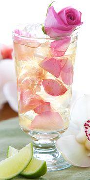 Mojito -Antall porsjoner:  1  Ingredienser:  Saft av en ½ lime  1½ ts hvitt sukker  4 cl Havana Club 7 Años rom  2 cl Rose's Mojito  Roseblader    Toppes med soda